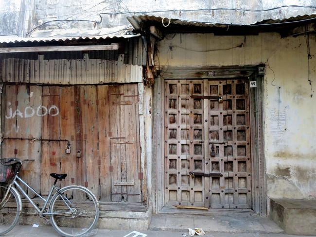 Jadoo means magic in Hindi (Zanzibar historically has a lot of Indian and Islamic influence) Africa African Beauty Bicycle Bike Building Exterior Doors Doorway Historic City Magic Old Buildings Parked Bike Rustic Rustic Charm Rustic_wonders Squares Squares And Rectangles Stone Town The Magic Mission Wooden Door Zanzibar Zanzibar Doors Zanzibar_Tanzania Zanzibarisland