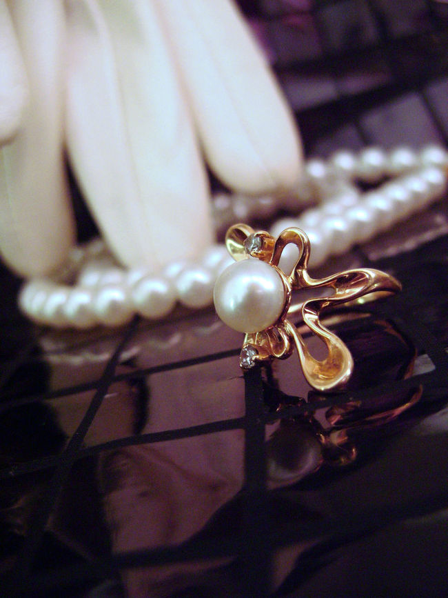 Beads Charm Elégance Focus On Foreground Glove Gold Indoors  Jewelry Luxury Pearls Reflection Ring Staging Photo📷 Studio Shot Women Things
