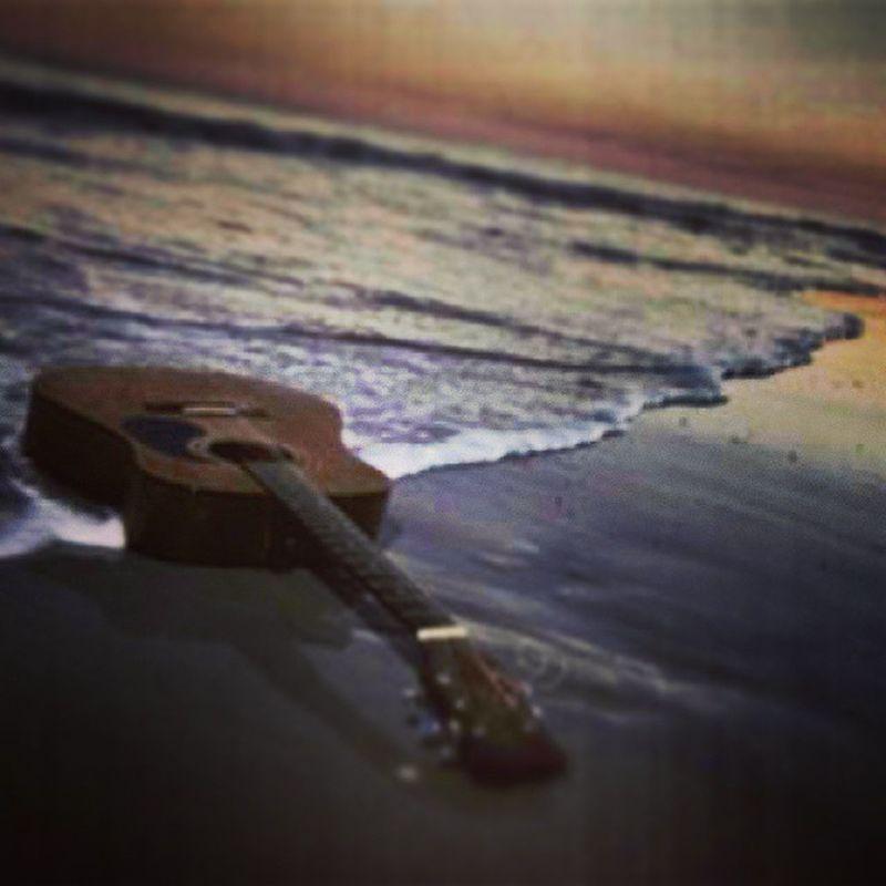 La musica ci fa sentire liberi... Solitario Orizzonti Mare Musica chitarra suono pensieri volano lontani brezza life beatiful music guitar Dream