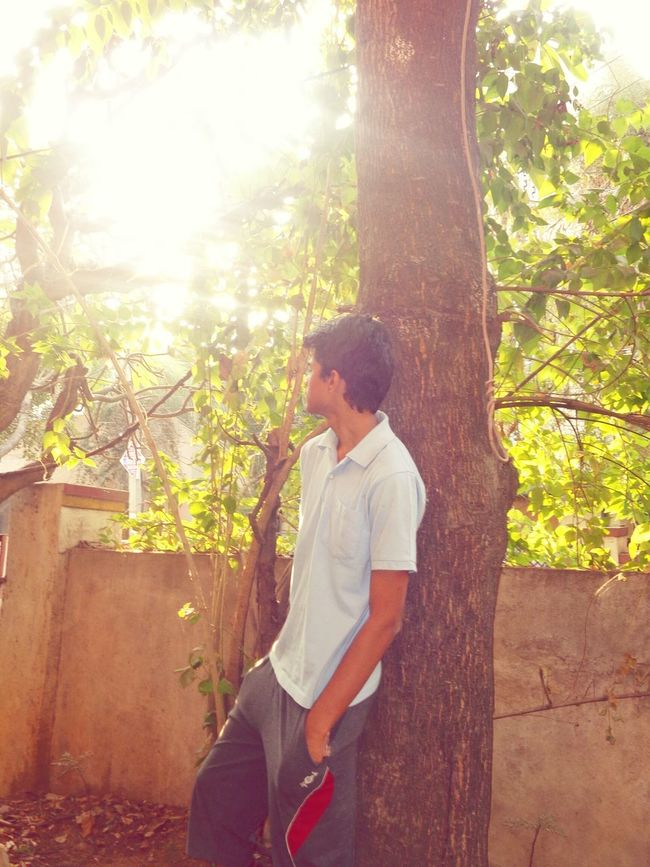 Hello World ✌ ThatsMe Side View Hanging Out Epic Sunshine Indian City Tree Trunk