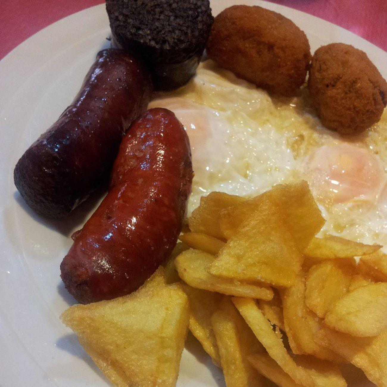 Patatas, croquetas de cocido, chorizo, morcilla y huevos Food