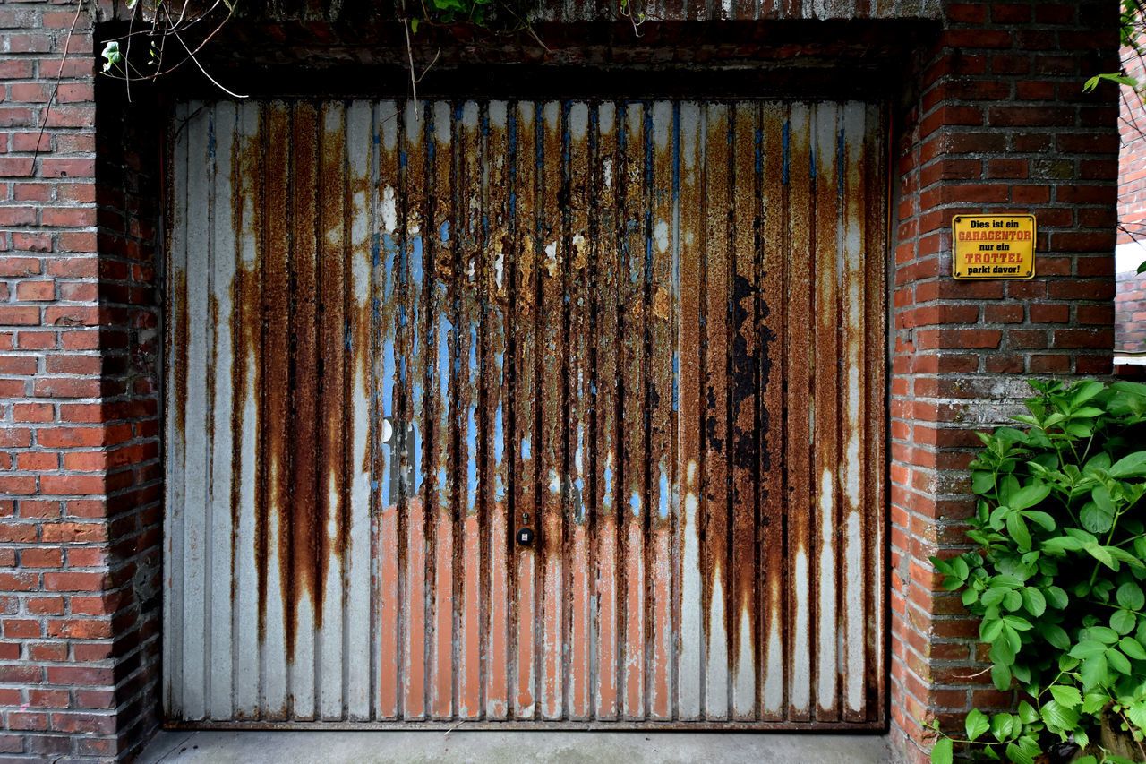 architecture, brick wall, no people, built structure, weathered, day, rusty, outdoors, plant, ivy, building exterior, close-up, corrugated iron