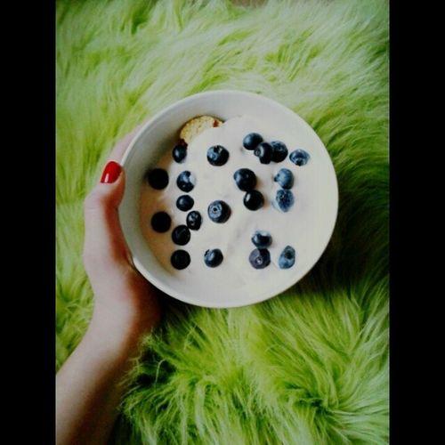 Kolacja Pycha Mhmm Yummy najlepsze borówki amerykańskie foodie polish food delicious polishgirl mniam jedzenie poland followme kocham foodporn love zdrowo fit photo my bed evening red nails healthy blueberry blueberries