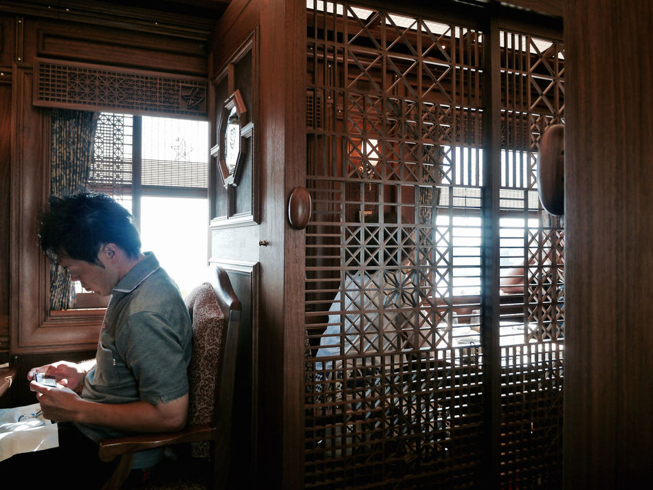 inside take a A-train( ARU RESSHA ) : Nagasaki Journey extra Panasonic LUMIX GX1+Kitlens 28mm de Good Morning 28mm Against The Light Candid Photography Exterior In The Train JR KYUSHU SWEET TRAIN「或る列車」 LUMIX G VARIO 14-45/F3.5-5.6 Nagasaki JAPAN Panasonic Lumix GX1 Traveling Window Wooden Texture Interior Design Eiji Mitooka+Don Design Associates 水戸岡鋭治