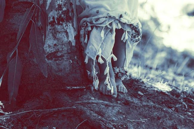 Siente la naturaleza en tus pies Piesdescalzos Naturaleza Nina Bosque Barefoot Nature Little Girl Forest Photooftheday Picoftheday Photography Fotografia Canonphotography Nature Photography