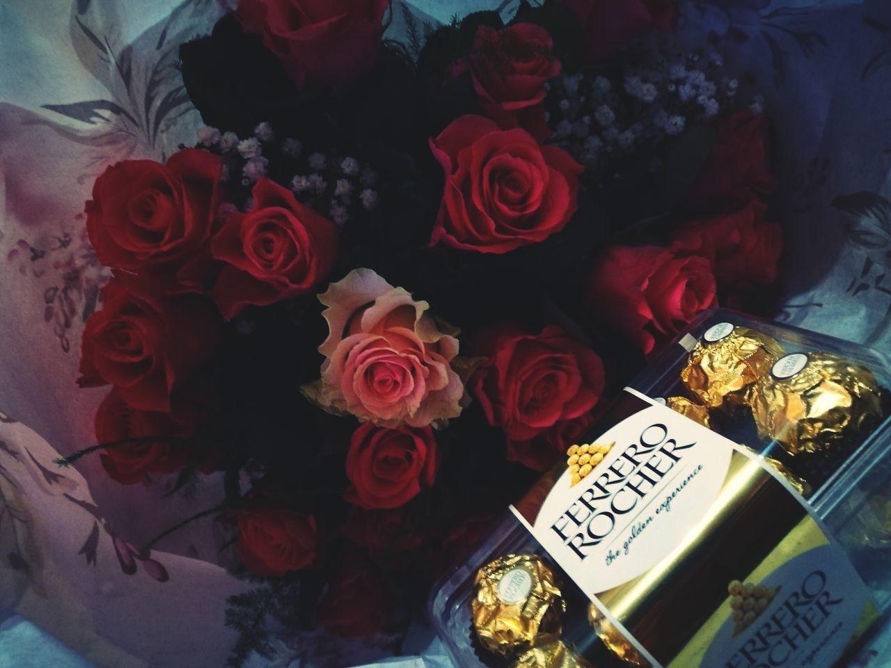 Zamiastpączka Ferrerorocher Ferrero_rocher Ferrero Rocher <3 Kwiaty DlaKobiety Mojego Zycia Flowers Rose - Flower Indoors  No People Table Carnival Crowds And Details