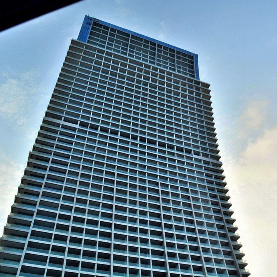 هذا البرج على كورنيش جدة عجبني شكلو كأنو مايل برج فندق عدستي عيد_سعيد جدة الكورنيش تصويري