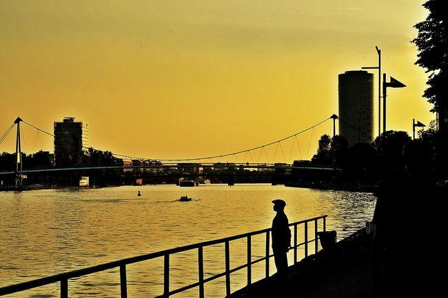 Chinese Tourist Watching The Sunset Light And Shadow Silhouettes riverscape Water Architecture Built Structure Building Exterior Sunset City Cityexplorer Bridges Railing Skyscraper Calm Tranquility Skyline Riverbank Main River Frankfurt Am Main Germany🇩🇪 Beliebte Fotos