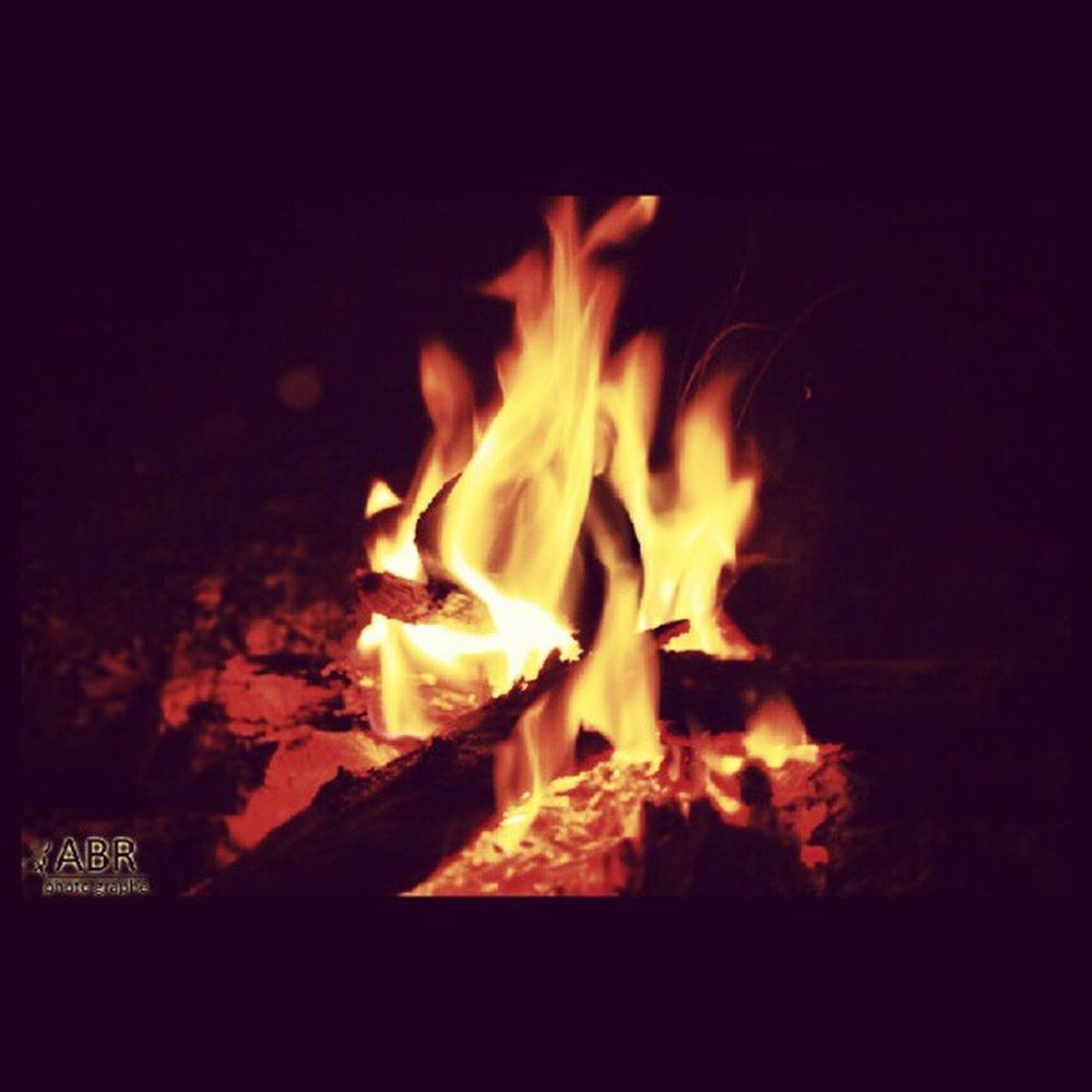 نار ٌضُوِ حطب في الليل المملكة العربية السعودية كاميرا كانون 50d Dou wood fire at night Saudi Arabia Canon 50D x3abrr