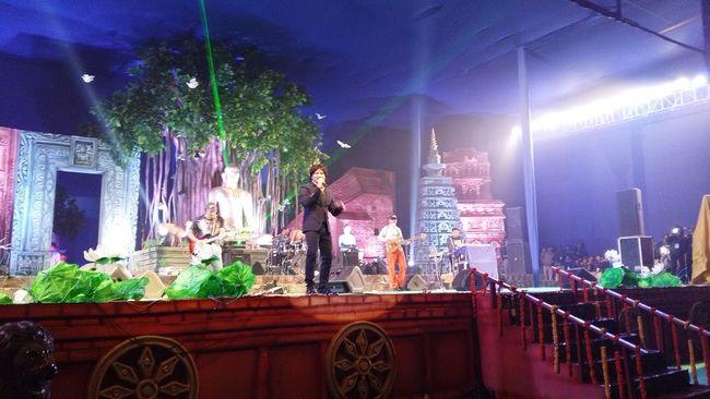 A picture kk singer song his new song from Airliftmovie@bodhgaya in bodh mahotsav