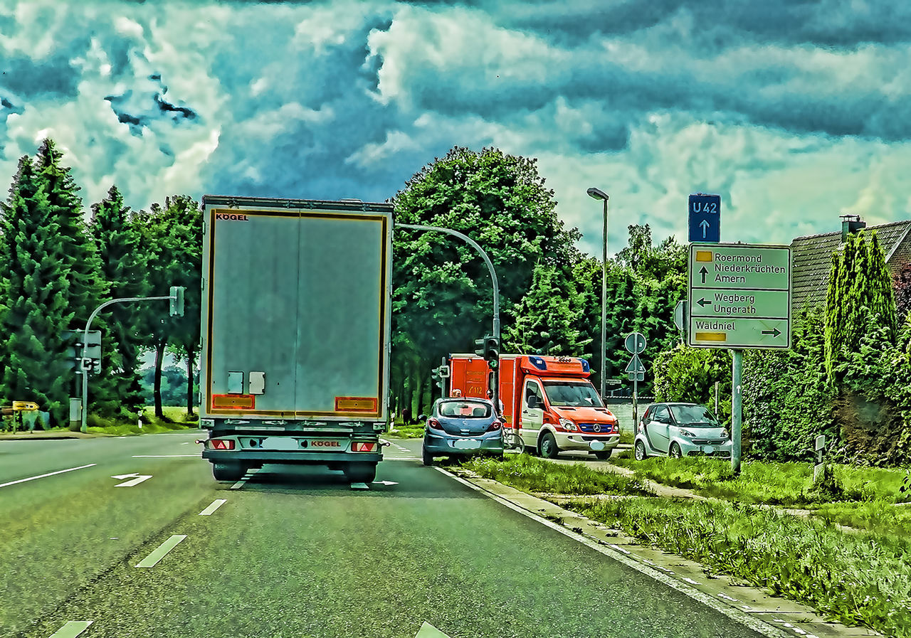Blaulicht Diminishing Perspective Einsatz Land Vehicle Mode Of Transport Nature No People Outdoors Road Road Sign The Way Forward