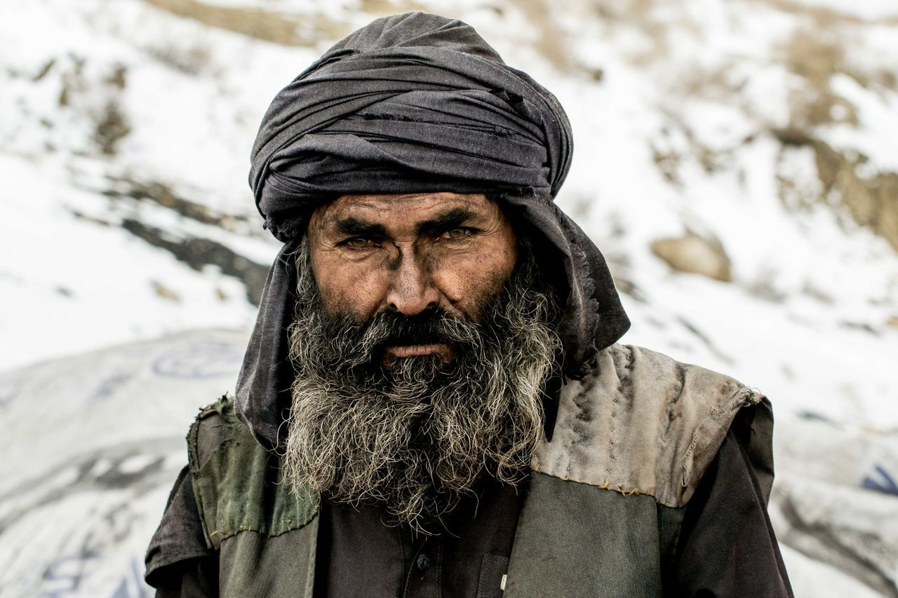 beard, cold temperature, real people, dirty, one person, winter, looking at camera, unhygienic, portrait, lifestyles, outdoors, snow, mature men, mature adult, warm clothing, day, one man only, close-up, adult, adults only, people