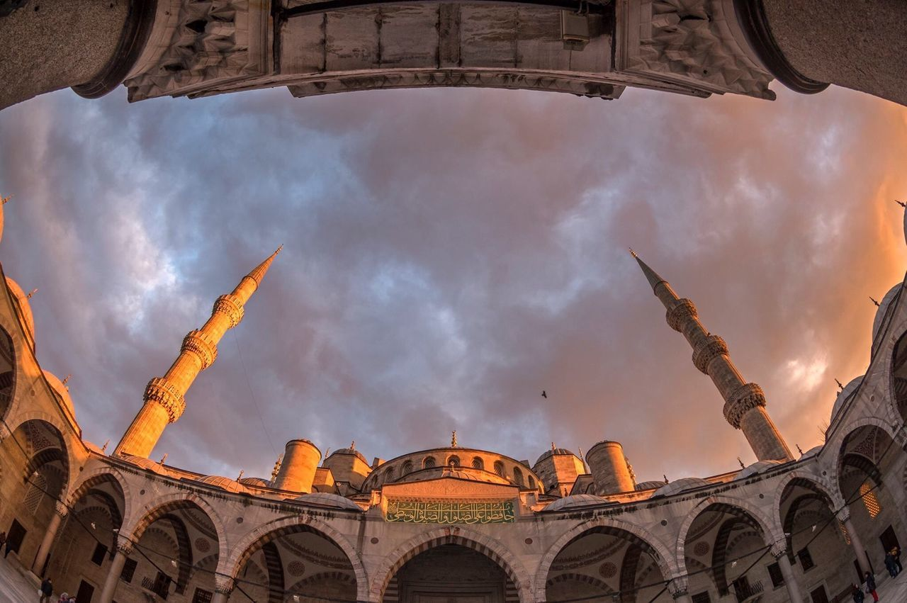 Regaib kandilimiz kutlu olsun. Düne tövbe, bugüne secde, yarına dua yakışır. Regaib Kandilli Islam Huzur Mosque Istanbul Sultanahmetcamii Pray