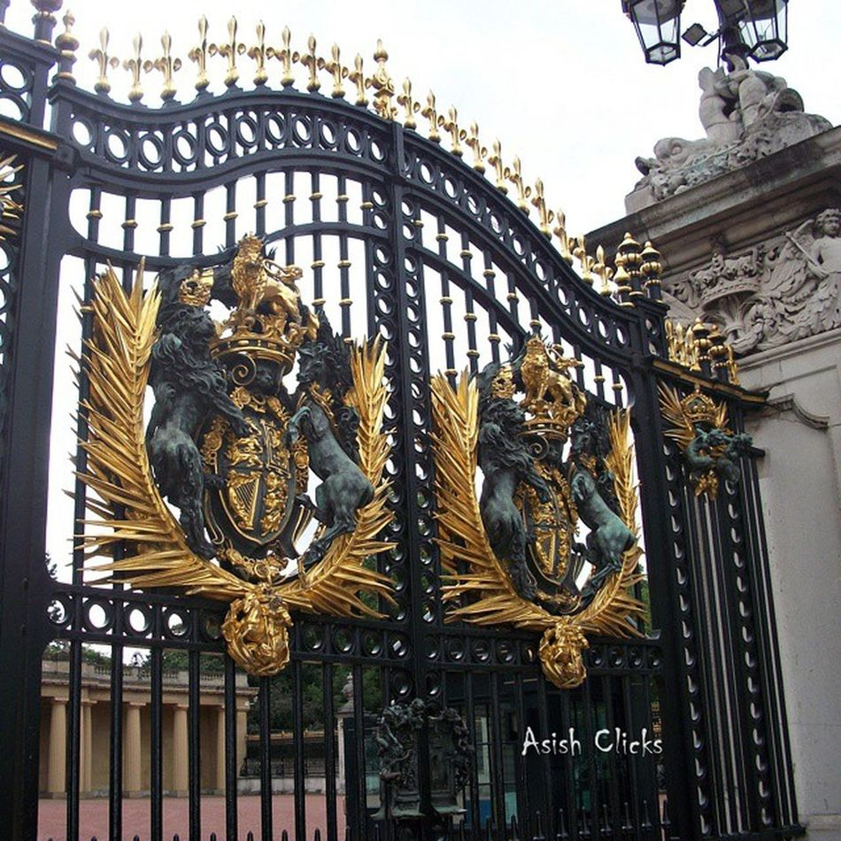 Gate of Buckingham Palace, London Buckinghampalace Londontourism Gate Gates London Uk Unitedkingdom England British Greatbritain City CityOfWestminster Lovelondon ILoveLondon Tourism Trip Tour Travel Architecture Asishclicks Awesome Beauty Loveit Godsavethequeen Instapic instagood instaig