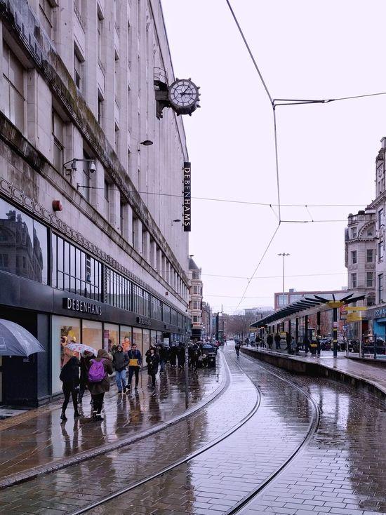 ¿Dónde está el tranvía? ⏺️ Where is the tram? DCMiFotoSemana Manchester Architecture City Building Exterior Day People Ciudad England Inglaterra Streetphotography Raining Lloviendo