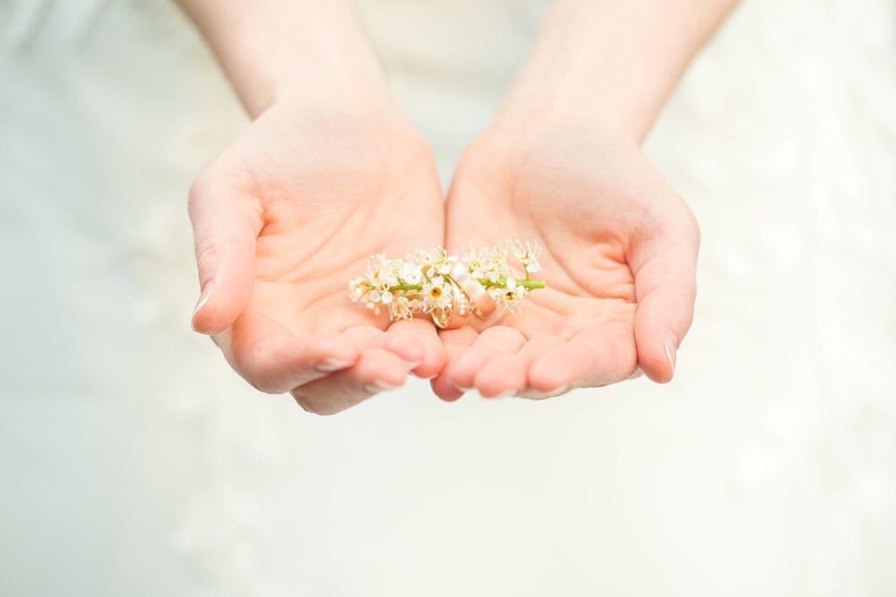 Human Hand Wedding Weddingring Bride Flowers Eheringe Lovelybride Detailshot Weddingdetails Hands Lovestory Rosegold Lovely Weddingday