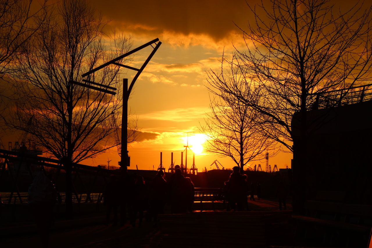 Hanging Out and Taking Photos in Hamburg at Sunsettime . Hamburgerhafen Harbour Hafenhamburg Harbourview Gold Red RedSky Sky Skyandclouds  Clouds Skyporn Cloudporn Canonphotography Canon Eos600d Sunsets Sunset Cityscapes Riverside River Germany