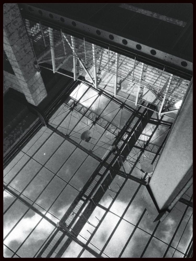 *glass bottom spaceship * Hans Guck In Die Luft Blancoynegro Urban Geometry Black And White