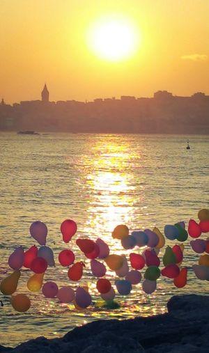 Sonbaharın son sıcak gün batımlarından.. Sunset Sea Sky Beach Eyemphotography Eyeemphotography Eyemturkey Eyem Best Shots Eyem Gallery Orange Color Sunrise_Collection City Life BoğazdanManzaralar Bosphorus Sunset Bosphorus, Istanbul Boğaziçi Baloons Baloonography Landscape Istanbulcity