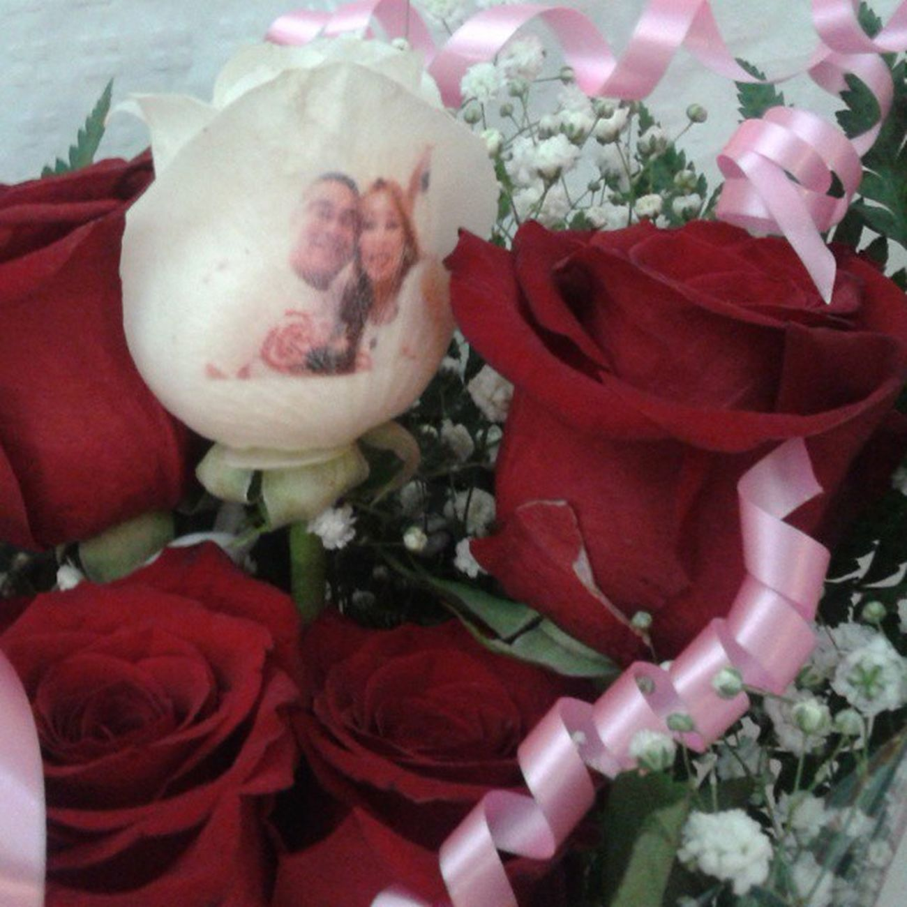 Ramo de rosas con una de ellas con el petalo tatuado con una fotografia. Http://graficflower.com Ramosderosas Rosaspersonalizadas Regalopersonalizado Regalooriginal Ramodeflores  Regalarflores Rosatatuada