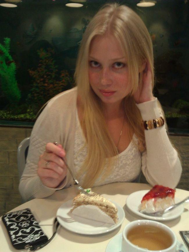 Очень долгий и плодотворный шоппинг как всегда привел в кофейню))едаааа)