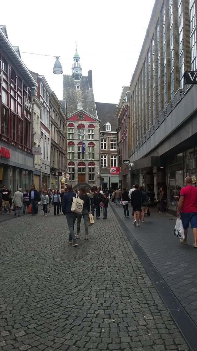 Shopping Street Walking Around Streetphotography Outdoors Buildings Church Shoppen Winkels Winkelen Out Walking Out With Friends Daytime Winkel Winkelstraat Architecture_collection Maastricht Maastrichtcity