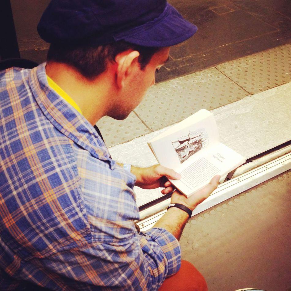 地鐵看書男。