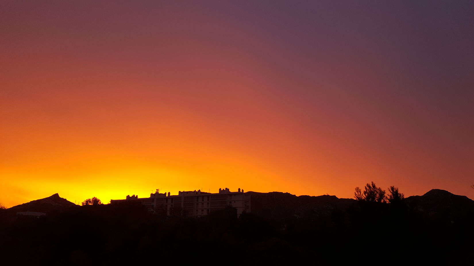 Strange phenomenon this morning ⚬ FRANCE ⚬MARSEILLE ⚬ No Filter, No Edit, Just Photography MyPhotography Nature Sky Dramatic Sky Colors Colorsofnature Sun SunIsUp Strange Strange Things Strange Beauty Strange Light
