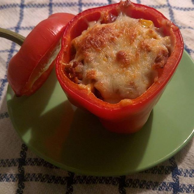 Gefüllte Paprika ist mit das leckerste was es gibt! Heute habe ich nah Gefühl Hackfleisch angebraten, dazu noch zwiebeln, Knoblauch, Tomaten und Tomatenmark und anschließend in eine ausgehöhlte Parika gefüllt und mit Mozzarella überdeckt. Soooo lecker und dabei sogar gesund. 🍴🍅 (566 kcal) Abendbrot Abendessen Abends Paprika Tomaten Hackfleisch Foodporn Lecker Essen Gesundleben Gesunddurch2016 Gesund Abnehmen2016 Abnehmen Diät Derspeckmussweg Kcal Kalorienzählen