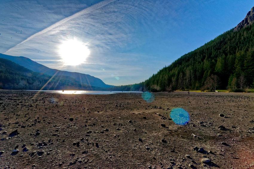 Rattlesnake Lake, Washington State, USA Cascade Mountains Rattlesnake Lake Rock Cascademountains Climate Climate Change Climate Change(global Warming) Climatechange Color Dry Lake Bed Lens Flare Lens Flare Sun Lens Flares Mountains Rocks Stone Stones Sun