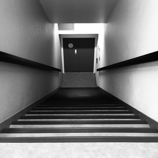 Photo Jour 1 - 7 jours, 7 photos Défi Indoors  Black And White No People Built Structure Steps Architecture Taking Photos Stairs Door Photography Noir Et Blanc