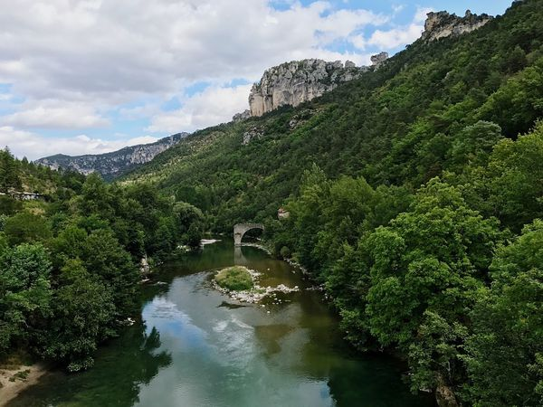 Fluss Schlucht Sky Cloud - Sky Nature Scenics Beauty In Nature Tree Water Green Color Mountain Day Outdoors No People River Tranquil Scene Growth Tranquility Forest Architecture
