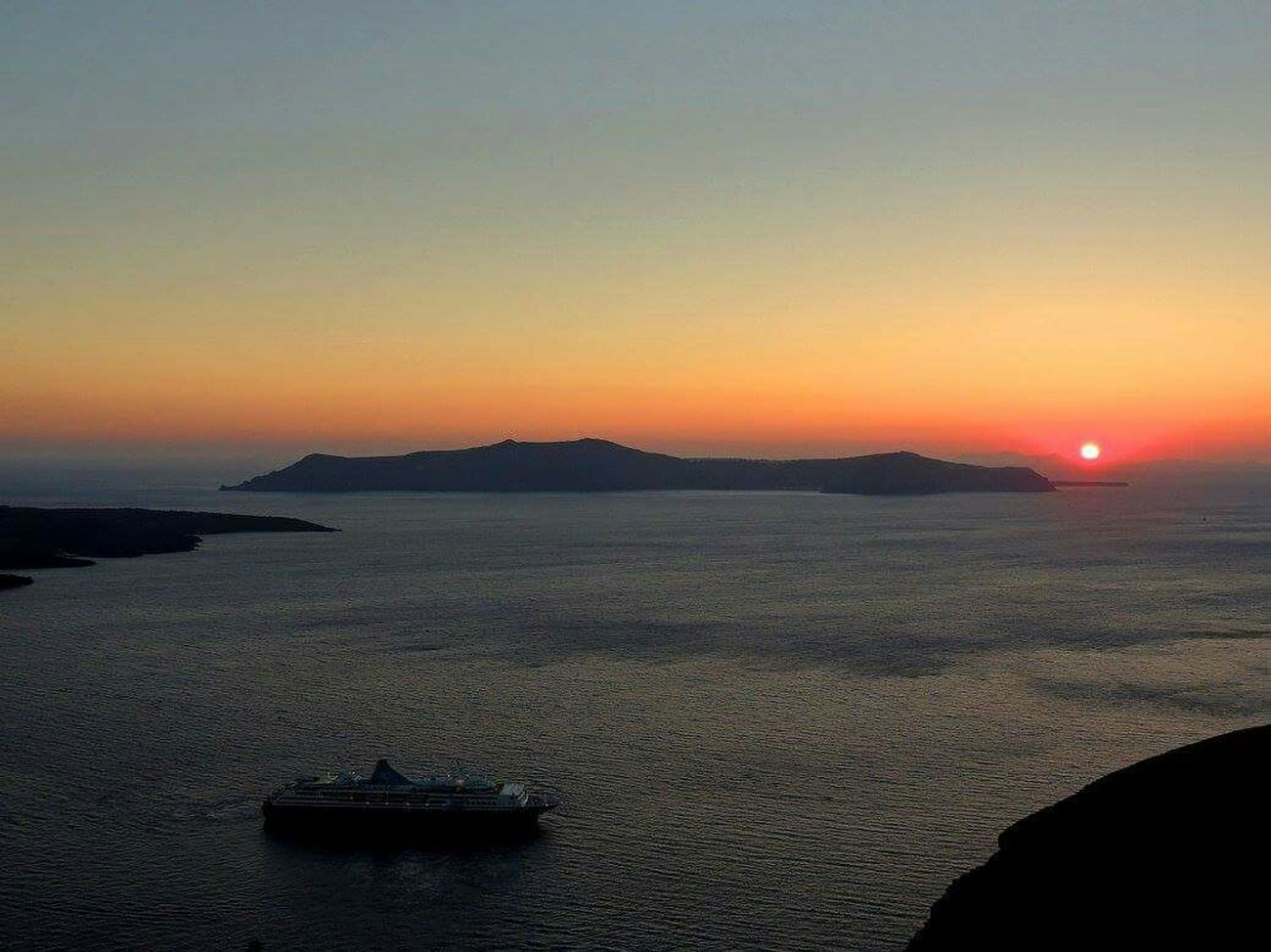 Santorini, Greece Sunset Sillouette Beautiful Nature Colofulsky Beach Photography Tourism Travelingtheworld