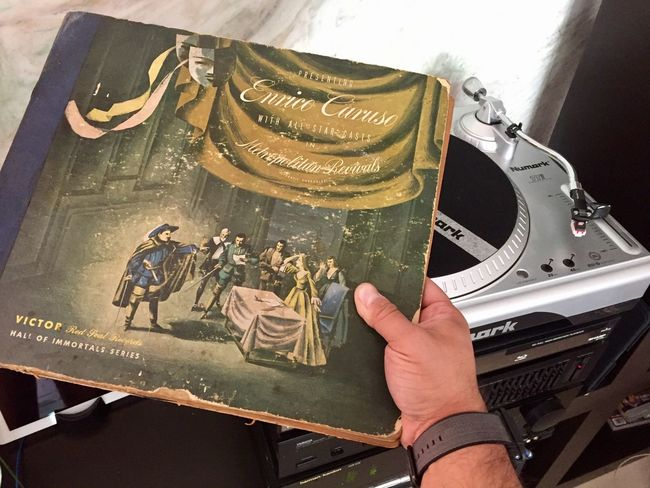 Playing a 1905 one side record of Enrico Caruso live at NY Opéra Records Turntable Tenor Music Analog Old-fashioned