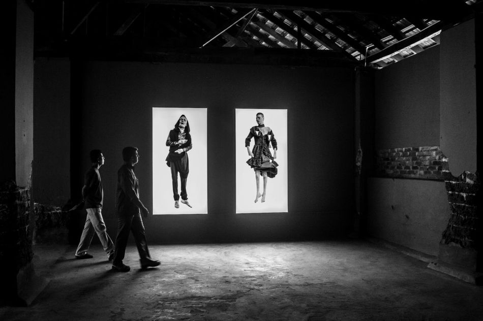 Art. Indoors  People Happiness PicturePerfect Art ArtWork Art, Drawing, Creativity Art Gallery Artphotography Artofvisuals Nikonphotographer People Together Lowlight Photography Frame It Framed Shot Life Is Beautiful Black And White Photography Black And White Pixel Camera Photography Photooftheday Photograph