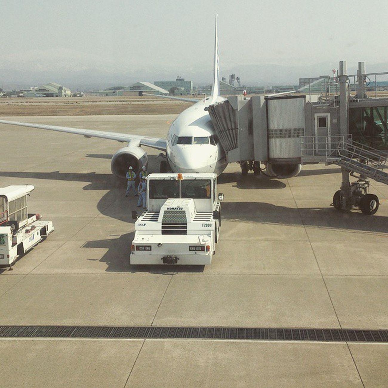 小型化したから機内狭い...。 もっと広々座りたいの...。( じゃあプレエコ乗れや ) Komatsu Ana Airport 小松空港 全日空 flight あ、ケータイ替えたらInstagramの投稿復活しました。