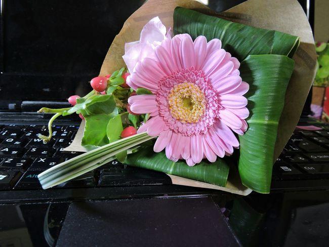 私のデスクにも花束💐を下さい💕 デスク 花束