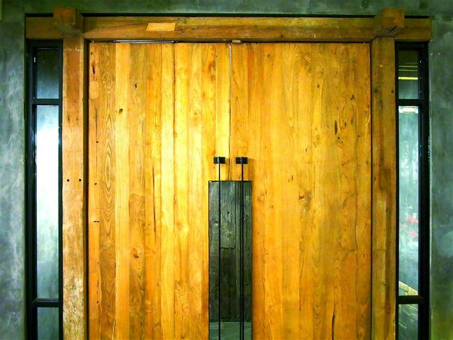 ...good old golden wood door The Architect - 2016 EyeEm Awards Wood - Material Old Wooden Door Modern Architecture Woodporn Relaxing Check This Out Hanging Out Old Woodwork Where Does This Path Go? Out