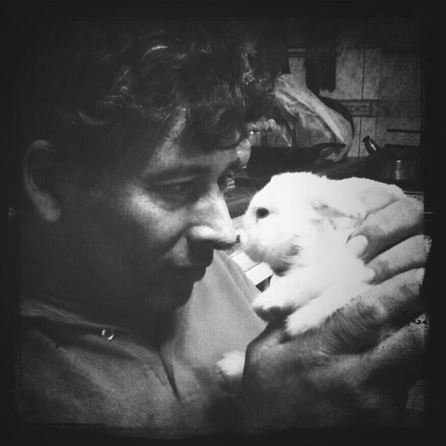"My dad with our little baby bunny ""Tambor"" ^_^ ! Animals Love Black And White Movilgrafias Blackandwhite"