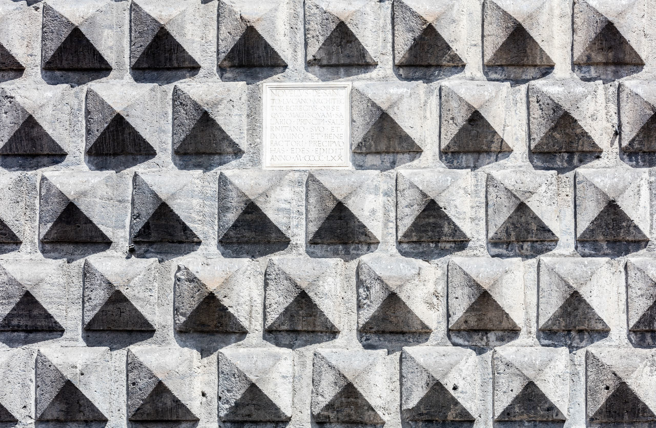 full frame, backgrounds, triangle shape, pattern, shape, architecture, no people, history, textured, pyramid, built structure, day, building exterior, outdoors, close-up
