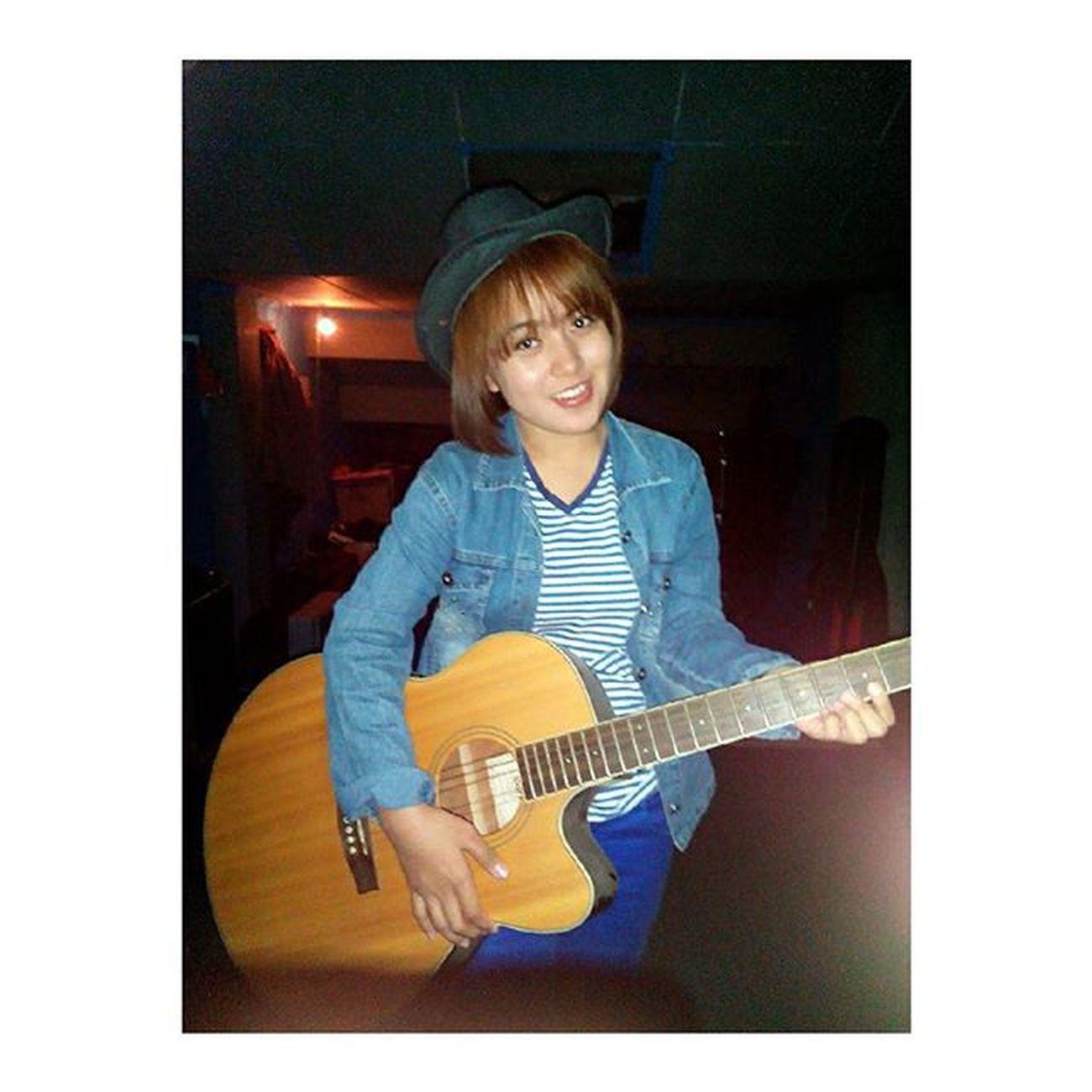 latepost 1yearsago gendong gitar tok terus di jepret by : @christian_a.p