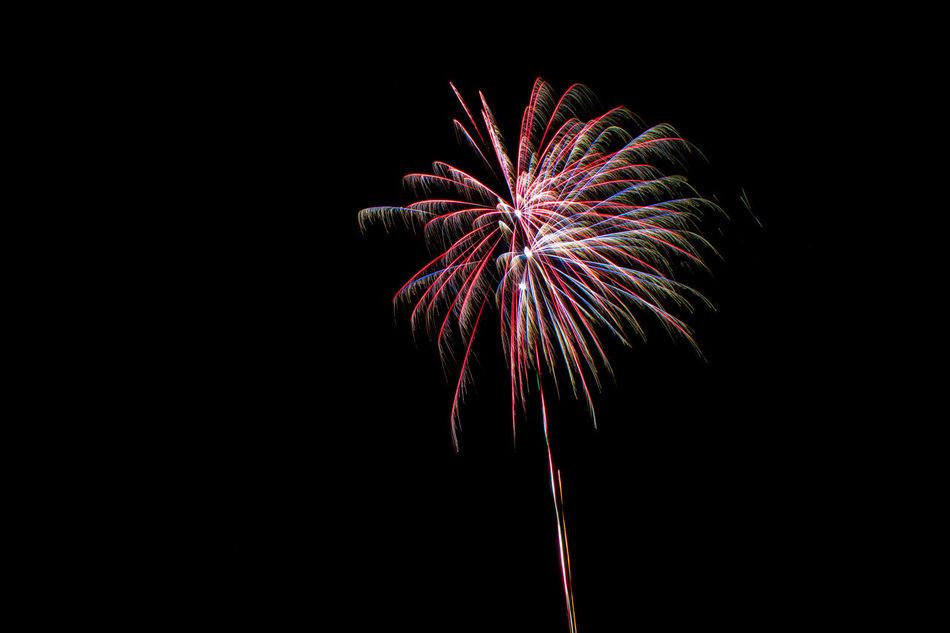Bunt Celebrate Explosion Explosion Of Color Explosions In The Sky Feiern Feuerwerk Feuerwerksfotografie Fireworks Fireworksphotography Nachtfotografie Night Photography Nightphotography Red Rot Silvester