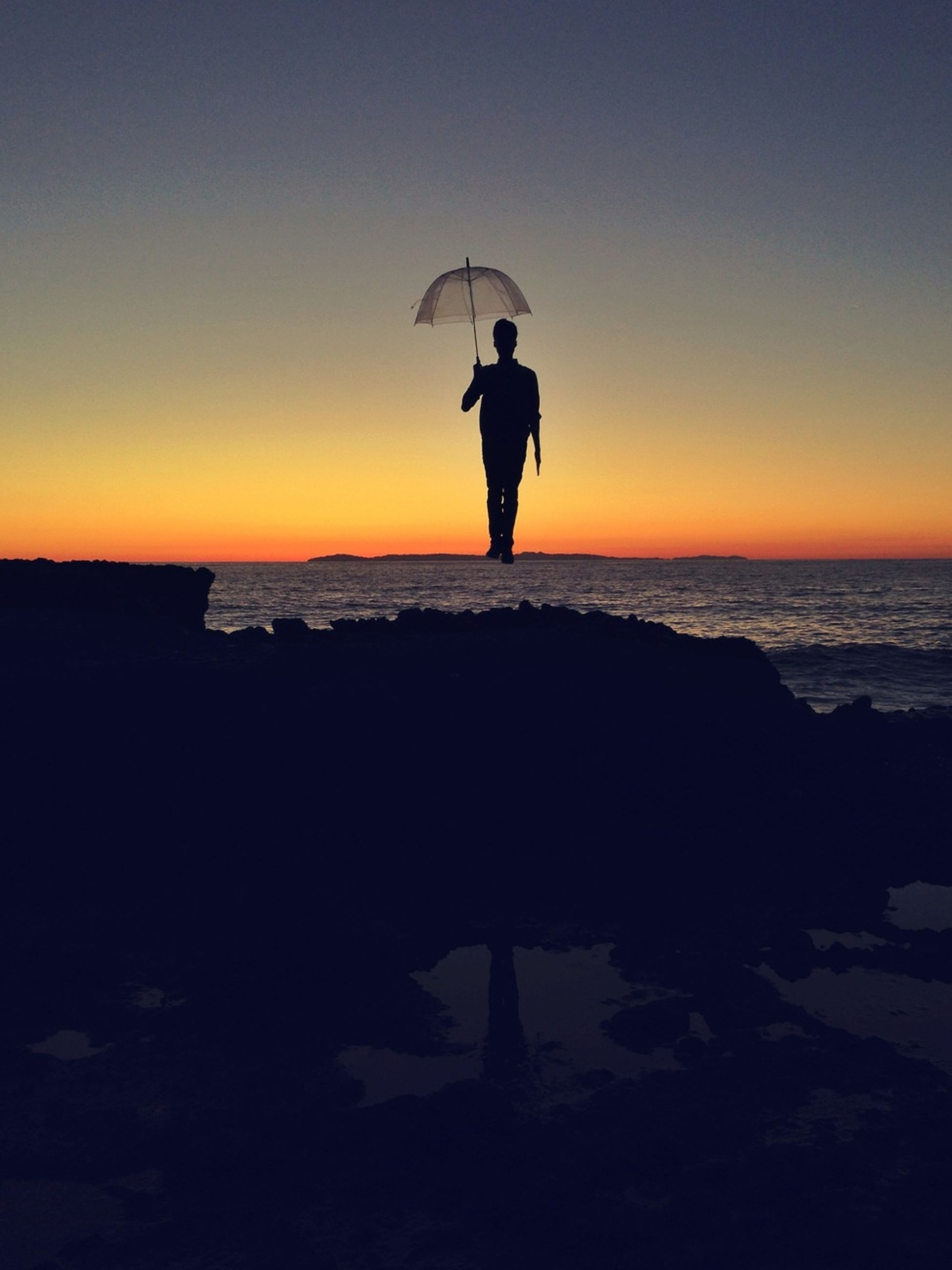 silhouette, sea, sunset, horizon over water, full length, water, lifestyles, leisure activity, clear sky, standing, beach, tranquil scene, copy space, men, scenics, tranquility, beauty in nature, shore