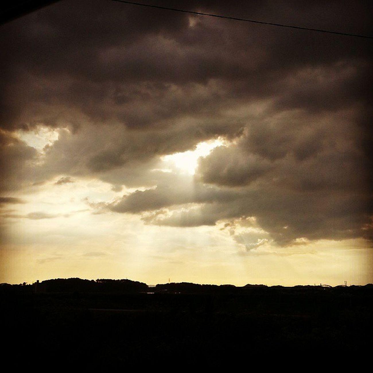 자연현상 구름 자연 Cloud Clouds Korean 밤 Night 글 글스타그램 독서 좋은문구 데일리 Daily 사진 Dailyphoto Photo Photooftheday 인스타그램 선팔 맞팔 소통 Earth 내생각 셀피 selfie 자작글 . . . . 내 마음에도 그대라는 사계절이 있었으면 좋겠다. 봄에는 그대처럼 화사한 꽃이 피었으면 좋겠고 여름에는 비온뒤 무지개가 생겼으면 좋겠고 가을에는 멋진 낙엽이 물들어갔으면 좋겠고 겨울에는 새 하얀눈으로 그대가 가득했으면 좋겠다. 그대라는 사계절을 만나고싶다. .mc