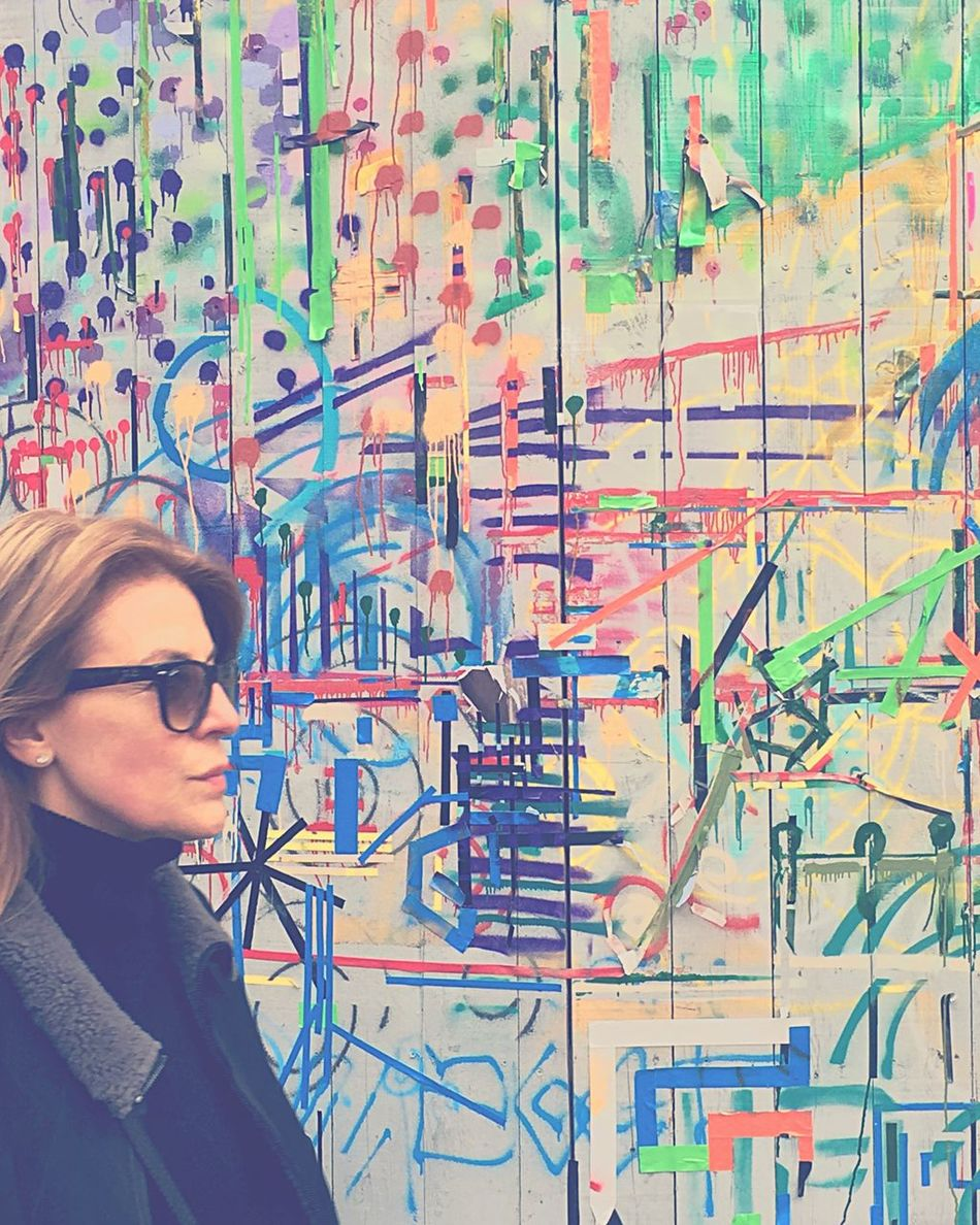 Streetphotography Street Photography Streetart Walking Woman Graffiti Paris EyeEm Best Shots Colors Walking Around