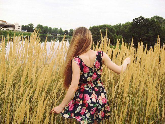 Reach for the blinding sun!🌅 Summer Field Good Day Enjoying Life Long Hair Eye4photography  Beautiful Girl Model EyeEm Best Shots 🌾🌾🌾