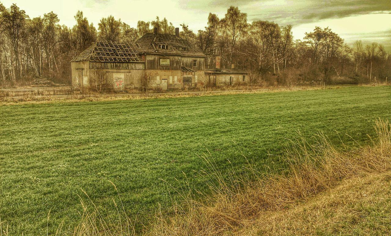 Die Ruine des ehemaligen Bahnhofes habe ich mir noch einmal vorgenommen. HDR, Helligkeit runter, dazu weniger Sättigung. Train Station Bahnhof Sachsen HDR