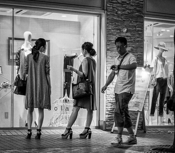 Shopping Time Japan Japanese  Streetphoto_bw Streetfashion Streetphotography Fashion City People FujiX100T Cooljapan