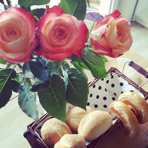 Aufwachen und mit dem Duft von Kaffee geweckt werden :) dazu war der Bestermannderwelt Brötchen holen Und wunderschöne Rosen ichliebedich liebe