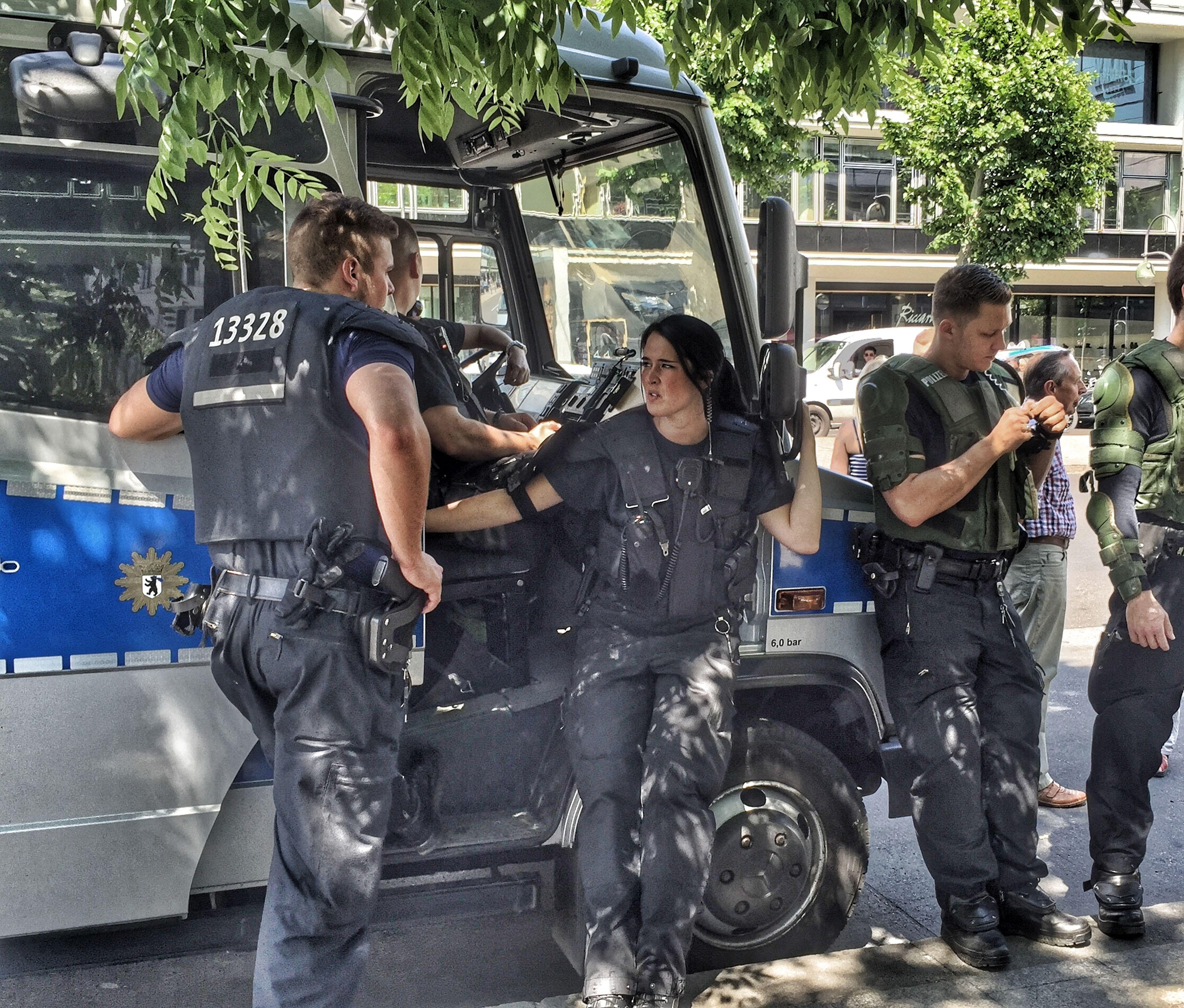 Berlinerpolizei Police Relaxing